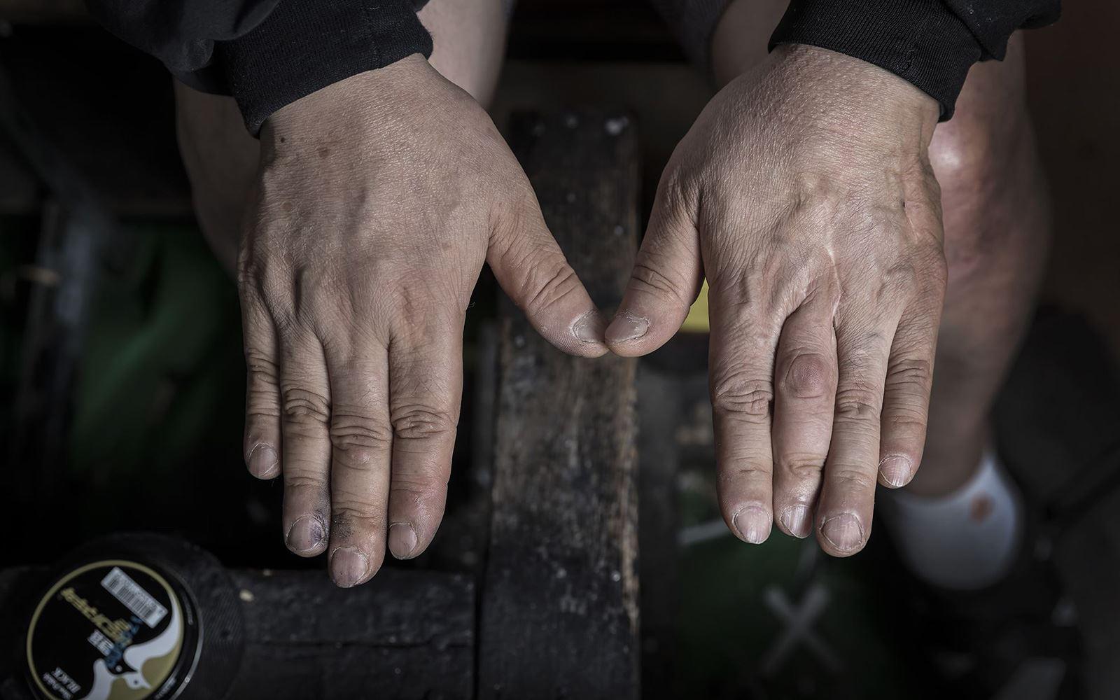 구두닦이 성오봉씨의 손.