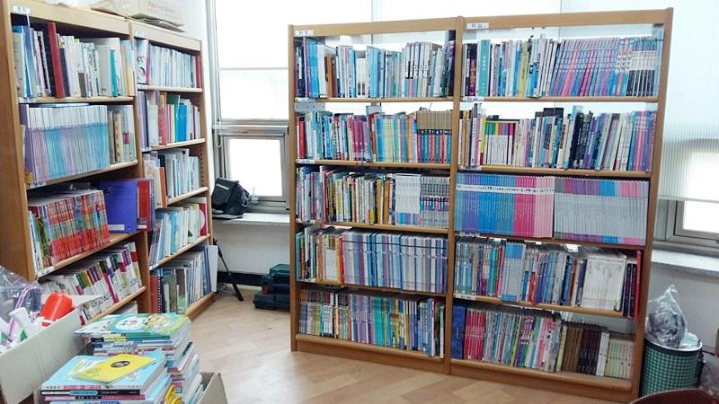 대청초교 소청분교 도서관 책장